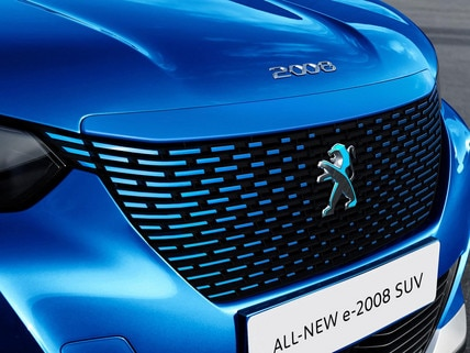 ALL-NEW PEUGEOT e-2008 electric SUV: grill bar in the colour of the bodywork, and a dichroic lion