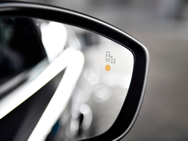 Active Blind Spot Monitoring System - the new PEUGEOT 508 SW estate for business customers